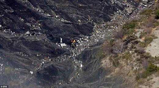 Mảnh vỡ nằm la liệt trên mặt đất. Người ta có thể nhận thấy một bánh của phi cơ nằm cùng đống đổ nát. Ảnh: EPA