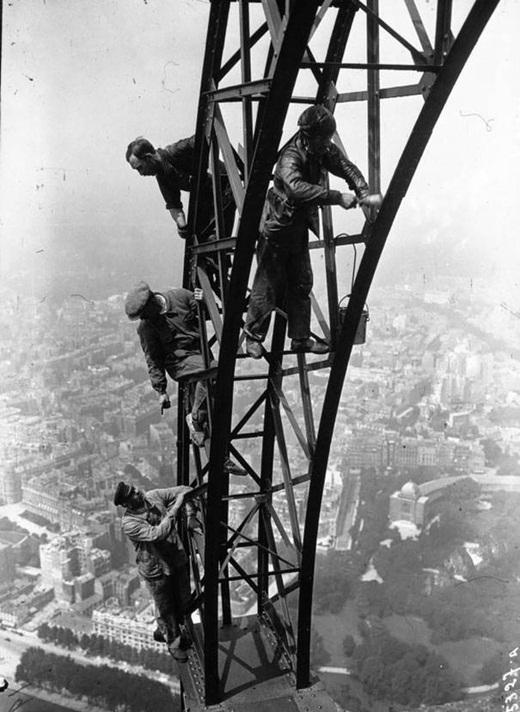 Những công nhân đang sơn tháp Eiffel, biểu tượng của nước Pháp vào năm 1932.