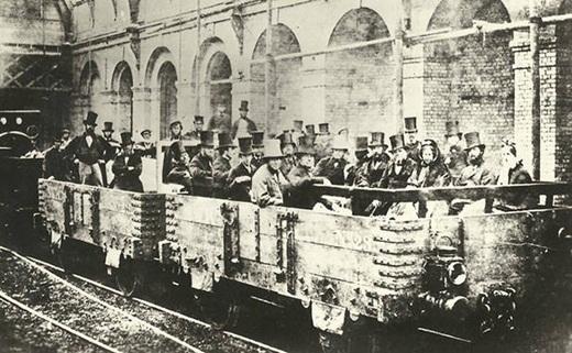 Chuyến tàu dưới mặt đất đầu tiên tại London, Anh vào năm 1862.