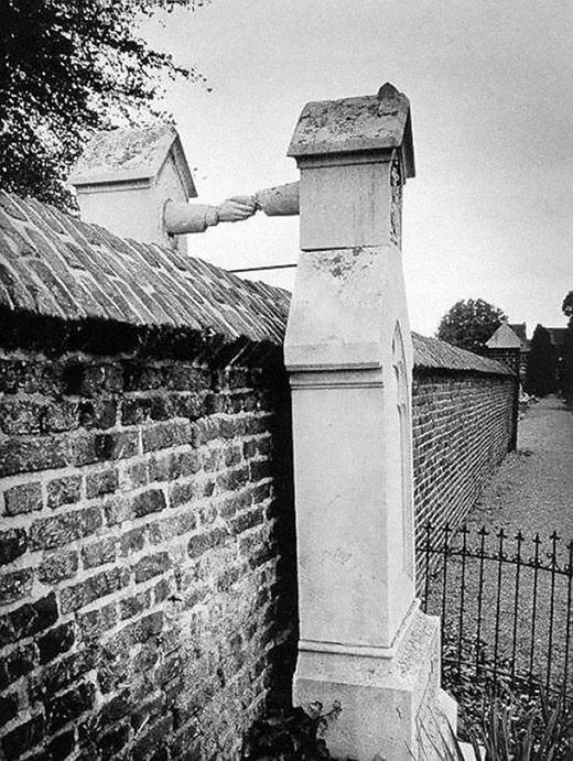 Ngôi mộ của một người đàn ông theo Đạo Tin Lành và người vợ theo Đạo Công Giáo của mình ở Hà Lan vào năm 1888.