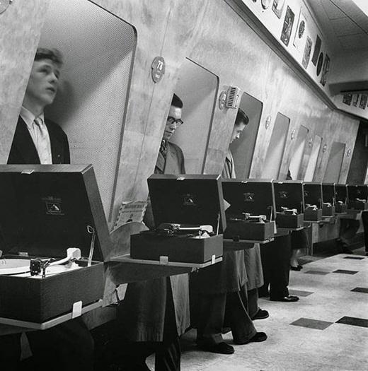Những khách hàng trong một cửa hàng đĩa nhạc ở London, Anh vào năm 1955.