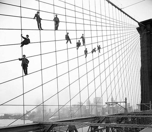 Những công nhân trên cây cầu treo Brooklyn - cây cầu treo lâu đời nhất nước Mỹ, kết nối hai khu thành phố Manhattan và Brooklyn vào năm 1914.