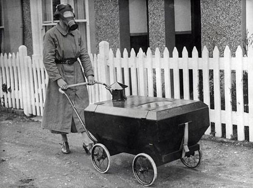 Người phụ nữ trong chiếc mặt nạ phòng chống khí độc cùng với chiếc xe đẩy em bé cũng được thiết kế để phòng chống khí độc vào năm 1938 ở Anh.