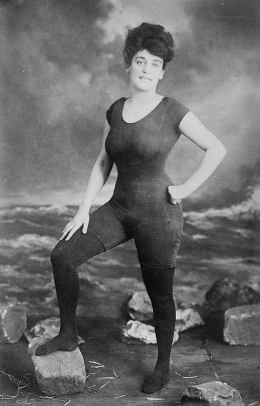 Bức ảnh ghi lại Annette Kellerman, vận động viên bơi lội chuyên nghiệp đang mặc bộ đồ tắm một mảnh vào năm 1907. Sau đó cô đã bị bắt vì có hành vi không đúng đắn.