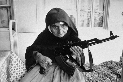 Một cụ già 106 tuổi đang cầm súng canh gác ngôi nhà của mình ở Armenia vào năm 1990.