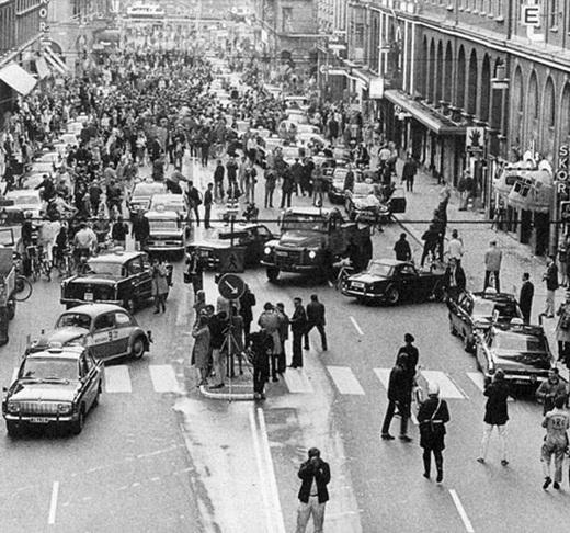 Buổi sáng đầu tiên ở Thụy Điển sau khi đất nước này thay đổi điều luật phải lái xe từ làn đường bên trái thành làn đường bên phải vào năm 1967.