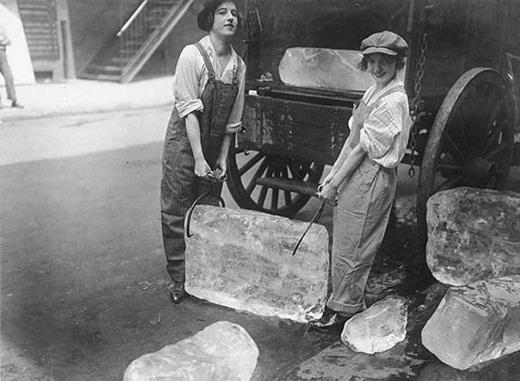 Hai người phụ nữ đang khiêng những tảng nước đá vào năm 1918.