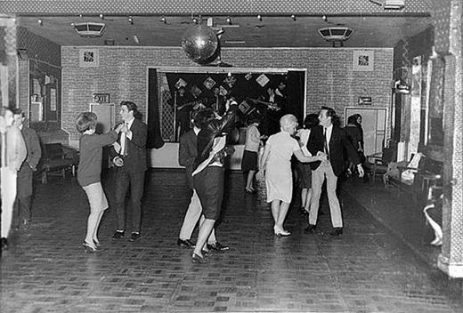 Ban nhạc The Beatles đang chơi trước một đám đông chỉ vỏn vẹn 18 người vào tháng 12 năm 1961. Và chỉ một năm rưỡi sau đó, họ đã trở thành những ngôi sao.