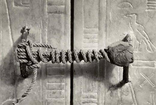 Dấu niêm phong vẫn còn nguyên vẹn sau 3425 năm trên lăng mộ của vị vua Ai Cập, Tutankhamun vào năm 1922.