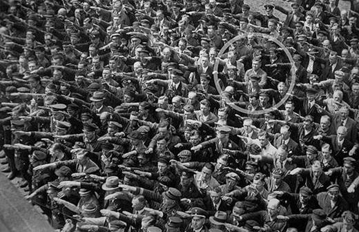 Một người đàn ông từ chối không làm theo lệnh chào của Đức quốc xã vào năm 1936.