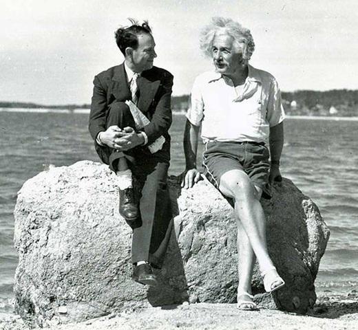 Bức ảnh ghi lại một khoảnh khắc của nhà vật lý học Albert Einstein vào mùa hè năm 1939 ở Nassau Point, Long Island.s