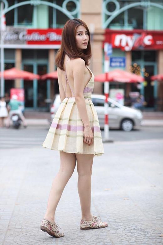 Thiết kế váy quây với phần vai to cổ điển kết hợp cùng giày da mang đến vẻ đẹp phóng khoáng, năng động.