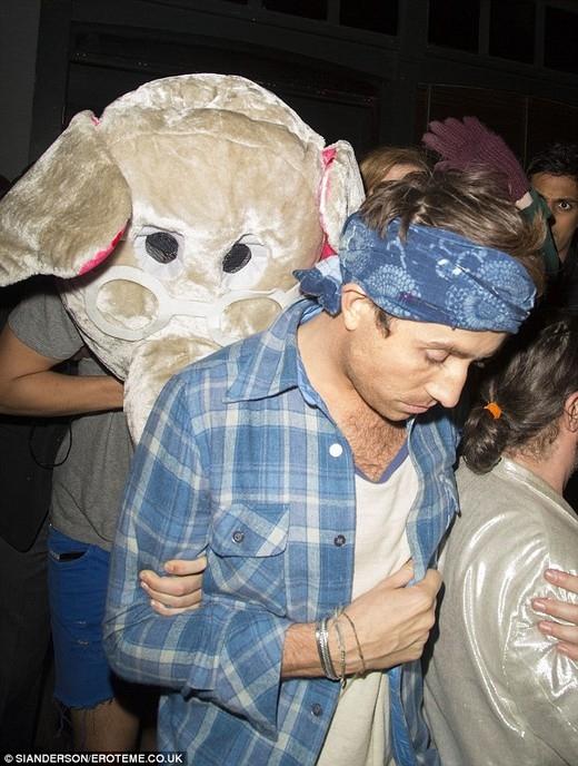 Harry Styles đeo mặt nạ chú voi cực lớn khi ra khỏi sân bay. Người ta rất thắc mắc là làm sao ca sĩ điển trai này có thể thở được bên dưới lớp mặt nạ ấy.