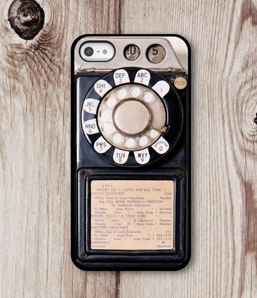 Đây là mẫu ốp lưng được thiết kế dành cho những túyp người cổ điển, những người một thời đã dùng điện thoại bàn với vòng quay số đặc trưng. Nó sẽ khiến rất nhiều người gợi nhớ về tuổi thơ của mình.
