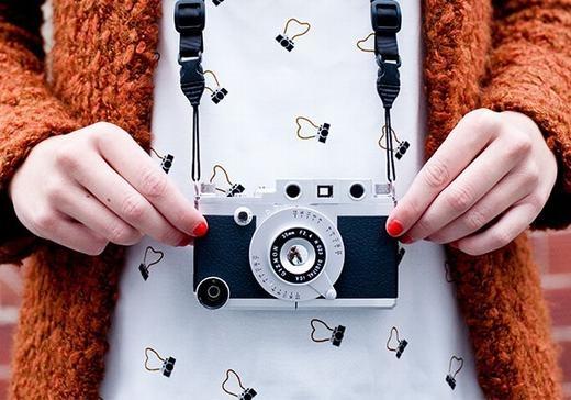 Bạn có muốn biến chiếc iPhone của mình thành một chiếc máy ảnh thực thụ và mang nó trên người? Chiếc ốp lưng này sẽ giúp bạn làm điều đó.