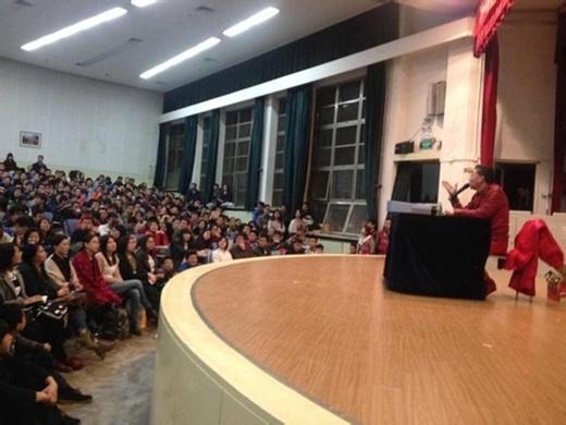 Sinh viên náo loạn khi gặp Lục Tiểu Linh Đồng
