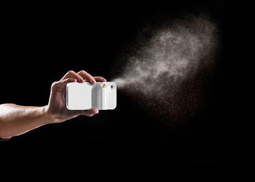 iPhone kiêm bình xịt hơi cay là ý tưởng độc đáo cho những ai muốn tự vệ tránh kẻ thù, đặc biệt là các bạn nữ.