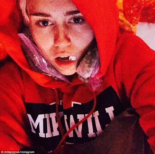 """Fan """"hoảng hồn"""" nhìn Miley Cyrus nhổ một lúc 5 chiếc răng"""