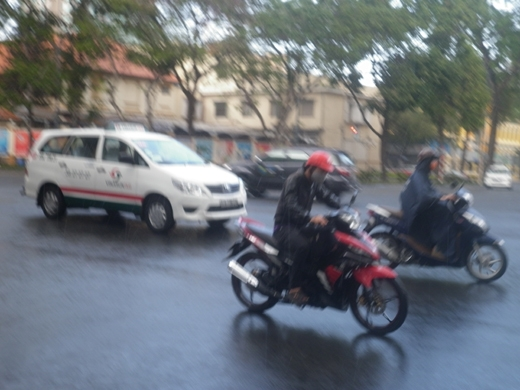 Một cơn mưa khá lớn bất ngờ xuất hiện chiều nay tại TP.HCM