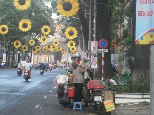 Cơn mưa làm một bà cụ bán nước trên đường Phạm Ngọc Thạch (quận 1) lúng túng kiếm đồ che hàng lại