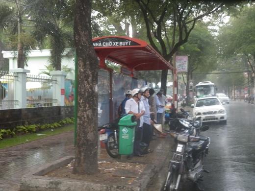 Những nhà chờ xe buýt cũng kín người đứng trú mưa tạm