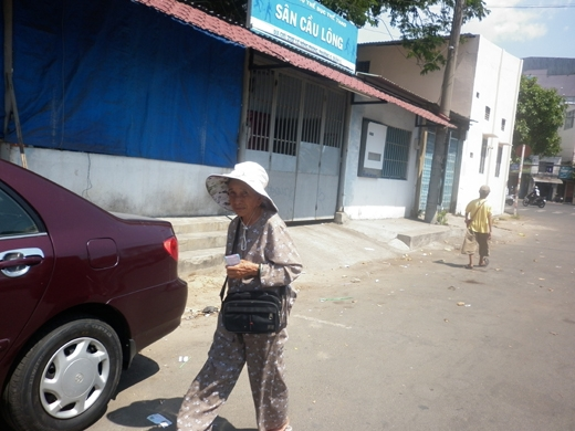 Cụ bà gần 70 tuổi phải lội bộ đi bán vé số trên đường Lê Hồng Phong (quận 10)