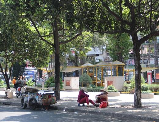 Hai cô thu mua phế liệu tranh thủ ngồi nghỉ mát dưới hàng cây xanh