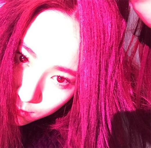 Krystal (f(x)) vẫn giữ phong cách lạnh lùng khi khoe ảnh trên Instagram và không có bất kỳ chia sẻ nào giống như những hình ảnh trước đó của cô nàng.