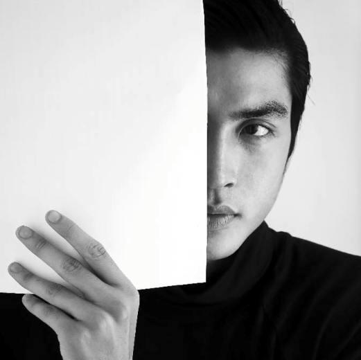 """Quang Đại sinh năm 1992, được yêu mến bởi sỡ hữu gương mặt góc cạnh, mũi cao và đôi mắt """"biết cười""""."""