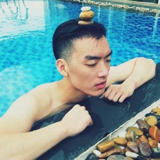 Brian Trần sinh ra và lớn lên tại Mỹ, với vẻ ngoài đẹp trai cùng phong cách lạnh lùng và gu thời trang cực chất.