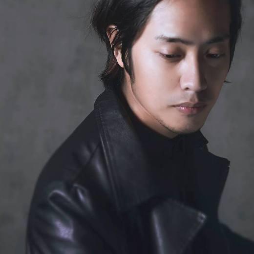 Jin Nguyễn là chàng trai đa tài, vừa là một designer, vừa là họa sĩ lại chơi đàn và hát cực hay.