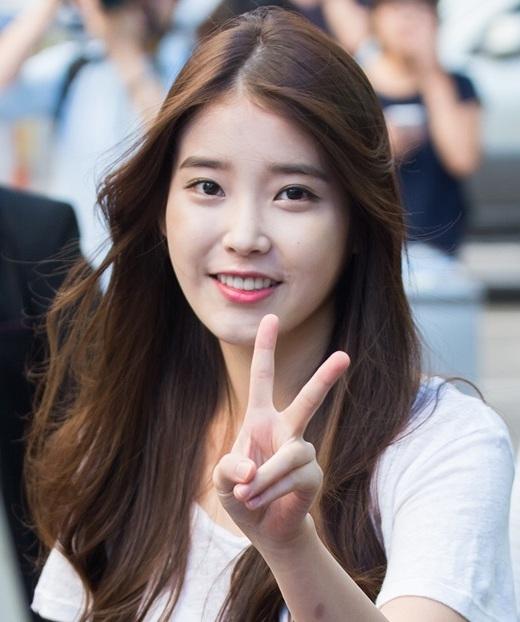 """Từng vướng vào scandal tình ái với Eunhyuk nhưng nhờ tài năng vượt trội, IU đã nhanh chóng lấy lại hình ảnh trong lòng các fan cùng danh hiệu """"em gái quốc dân"""" cao quý. Thậm chí nhiều fan còn tôn IU làm """"thánh nữ"""" bởi giọng hát thiên phú đáng ngưỡng mộ."""