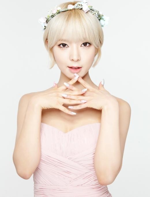 """AOA đang dần khẳng định vị trí của mình tại thị trường Kpop với nhiều sản phẩm âm nhạc chất lượng. Bên cạnh đó, các thành viên tài năng của nhóm cũng khiến nhiều fan nữ """"đổ rạp"""" trước nhan sắc thiên phú, đặc biệt là cô nàng Choa tóc vàng cá tính."""