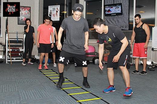 Rèn luyện sự nhanh nhẹn, dẻo dai thông qua bài tập với dây, các thành viên sẽ phải nhảy theo đúng những động tác chân được hướng dẫn một cách liên tục