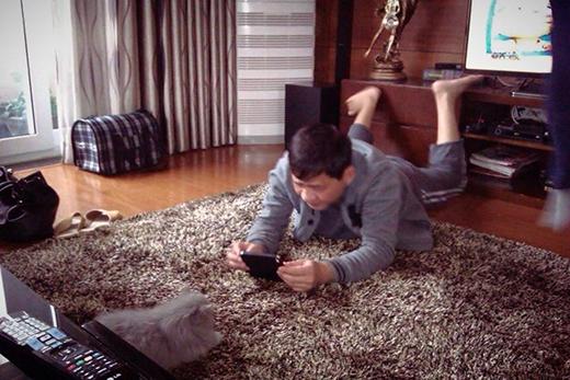 Chi Pu có một người người bố cực dễ thương và nghịch ngợm. Đây là bức ảnh ông đang cố gắng chụp lại hình bé mèo trong nhà để khoe con gái. - Tin sao Viet - Tin tuc sao Viet - Scandal sao Viet - Tin tuc cua Sao - Tin cua Sao