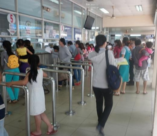Chiều ngày 26/3, có rất đông phụ huynh đưa trẻ nhỏ đến khám bệnh tại Bệnh viện Nhi Đồng 2