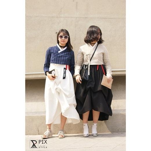 Vẫn có thể thấy thấp thoáng những bộ đồ truyền thống Hanbok của Hàn Quốc được các bạn gái cách tân lại với phần váy ngắn đến bắp chân, kết hợp cùng với các phụ như vòng cổ hay mắt kính.