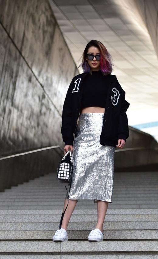 Cô nàng bảy sắc cầu vồngIrene Kimlại chọn cho mình chiếc áo khoác bomber jacket với chân váy cạp cao metalic nổi bật và không thể thiếu những đôi giày thể thao đặc trưng.
