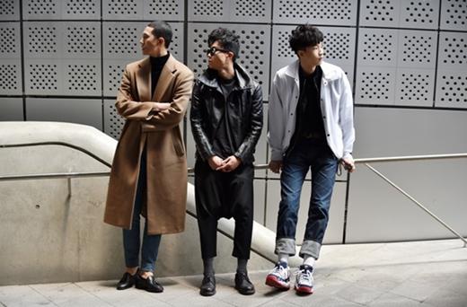 3 chàng trai với 3 phong cách thời trang khác nhau nhưng vẫn làm nổi bật sự trẻ trung và năng động của mình với các lựa chọn đa dạng từ áo khoác ngoài màu cà phê, áo khoác da hay áo jacket cho set đồ của mình.