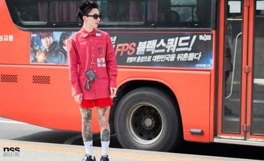 Chàng trai cá tính với áo sơ mi đi cùng với quần short cùng màu và không quên bỏ qua trào lưu túi mini đang rất được ưa chuộng gần đây.