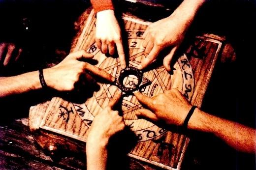Lý giải những hiện tượng xảy ra khi chơi trò bói bút, cầu cơ