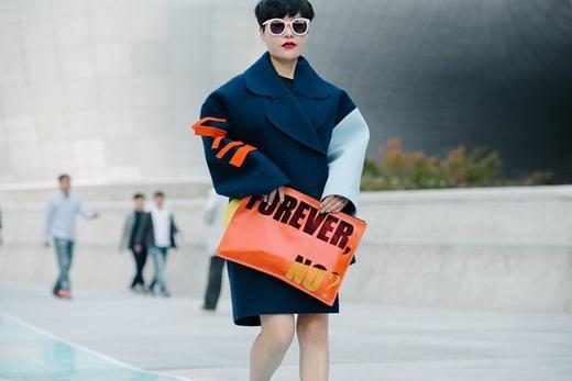 Không thể nào thiếu những phụ kiện rực rỡ và nổi bật làm điểm nhấn cho toàn thể set đồ như chiếc clutch cỡ bự màu cam bắt mắt của cô nàng này.