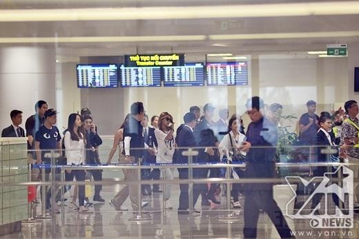 Khoảng 13h15, các cô gái nhóm Sistar bắt đầu xuất hiện ở sân bay Nội Bài.