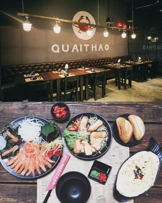 Mới đây An Toe đãbắt tay cùng với một người bạn mở một cửa hàng hải sản mang tên Quai Thao. Quán ăn gây ấn tượng bởi không gian và cách bày trí món ăn siêu đáng yêu.