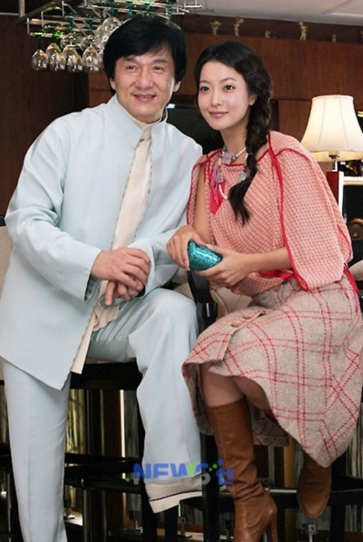 Khi hợp tác trong Thần thoại, dư luận đồn đoán về việc Thành Long hẹn hò bí mật với Kim Hee Sun. Giữa tháng 10/2005, Kim Hee Sun và Thành Long xuất hiện tại Liên hoan Phim Quốc tế Pusan - Hàn Quốc. Trong dịp này, báo chí của nhiều lãnh thổ đã có mặt và ai cũng chứng kiến được cảnh e ấp, dịu dàng của Kim Hee Sun bên cạnh Thành Long. Tuy nhiên, chuyện tình cảm này chỉ gây xôn xao dư luận khoảng ba tháng sau khi bộ phim công chiếu.