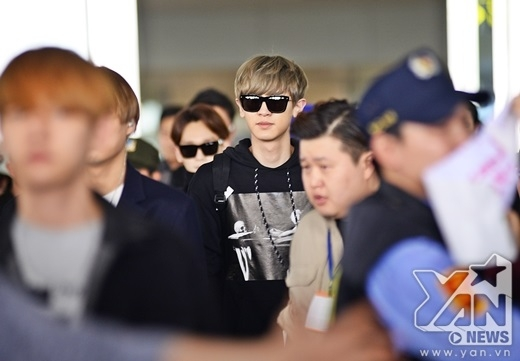 Fan Việt òa khóc, náo loạn sân bay vì được gặp EXO
