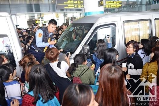 Fan Việt quây kín xe của EXO.