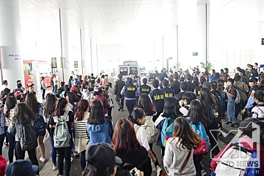 Mất một lúc lâu, đoàn xe mới rời khỏi được sân bay Nội Bài.