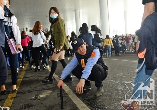 Một thành viên trong đội an ninh bất lực trước fan Việt.