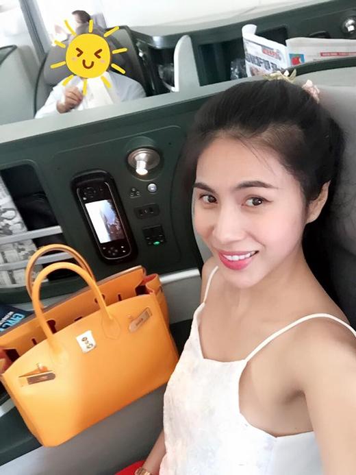 Thủy Tiên chia sẻ hình ảnh cô đang ở trên chuyến bay đến Canada trong 12 ngày tới. Bà mẹ một con bày tỏ sự hài lòng về dịch vụ wifi và ghế ngồi trên máy bay mình đang đi.